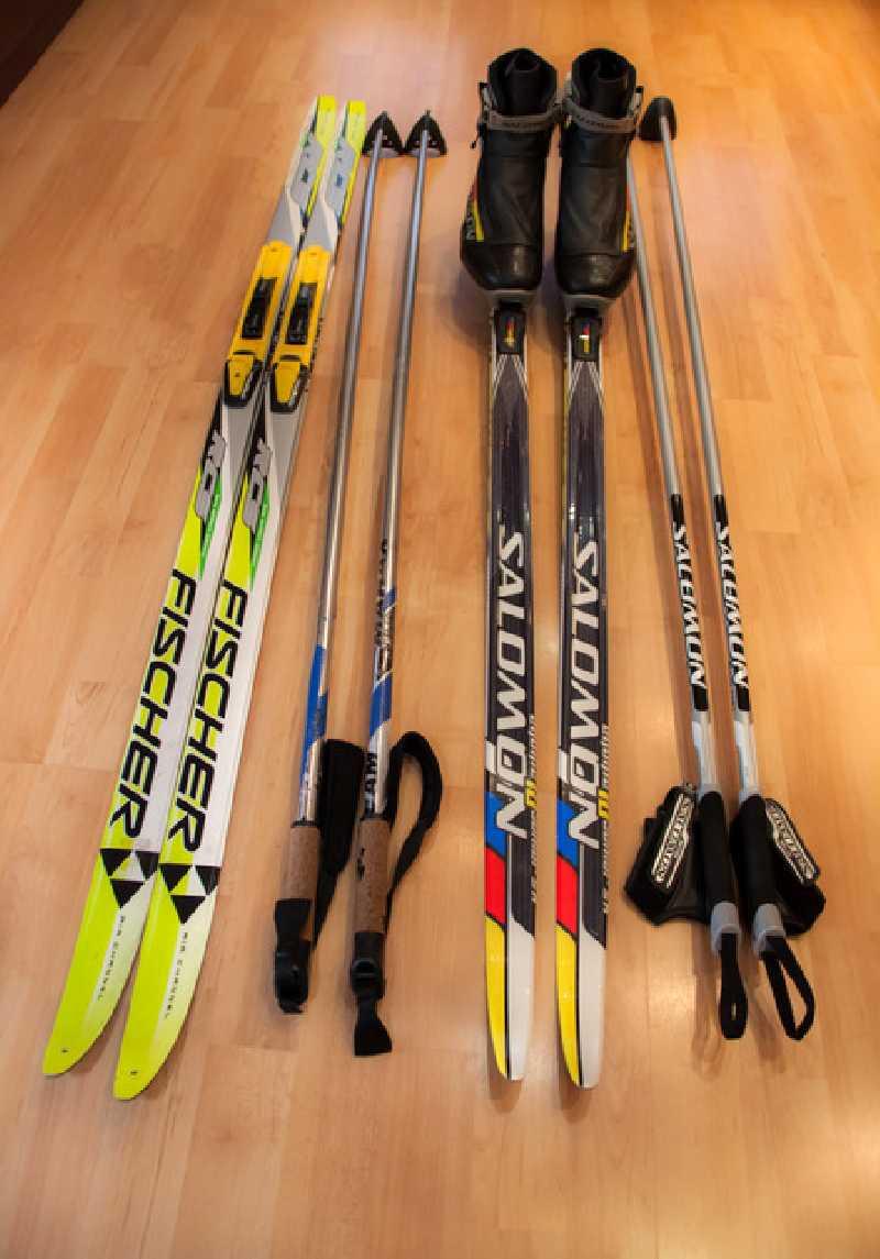 Все лыжи снабжены только современными креплениями и ботинками от 27 до 48 размеров.