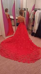 Посуточная аренда Обворожительное платье со шлейфом из роз в Уфе