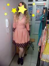 Посуточная аренда Нежное персиково-розовое платье, украшенное черным кружевоv/Размер S в Челябинске