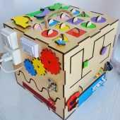 Долгосрочная аренда Бизикуб со световыми эффектами. Помогает развивать мелкую моторику рук ребенка, мышление, усидчивость. Способствует изучению цветов, счета и времени в Краснодаре